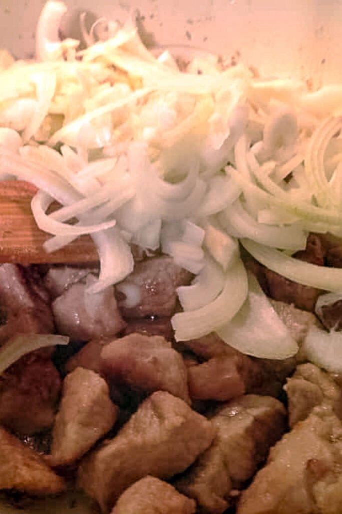 Bucatele carne de porc cu ceapa si usturoi0