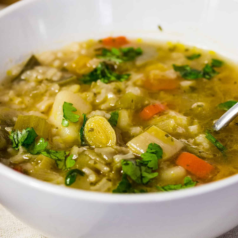 Ciorba de praz cu orez si bors- o reteta usoara de ciorba cu legume, perfecta pentru anotimpul rece. Reteta buna pentru vegetarieni sau vegani.