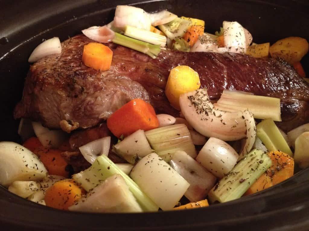 Antricot de Vita in Slow Cooker cu Legume- o reteta delicioasa pentru iubitorii de carne de vita. Este un fel de mancare satios pentru anotimpurile reci.