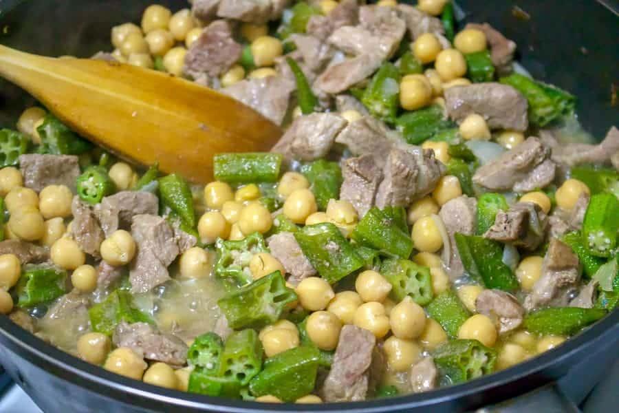 Mancare de Bame cu Naut si Carne de Porc este o reteta care se poate face usor tot timpul anului cu conserve de naut si bame. Se poate folosi orice carne.