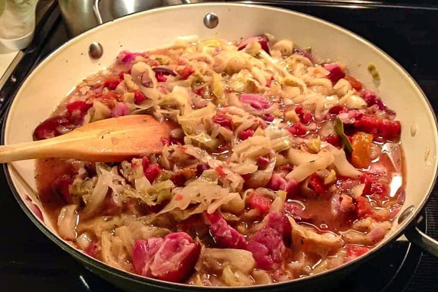Mancare De Varza Murata cu Bacon Si Smantana este o mancare clasica de iarna unde ingredientele principale sunt varza murata si carnea de porc, sau afumatura. O reteta delicioasa pentru romanii de pretutindeni, care nu au neaparat acces la varza murata in butoi.