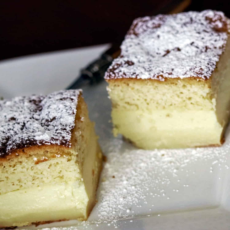 Prajitura Inteligenta Cu Vanilie este o prajitura simpla care se face usor si rapid. Are trei straturi care se separa in cuptor, in timpul coacerii.