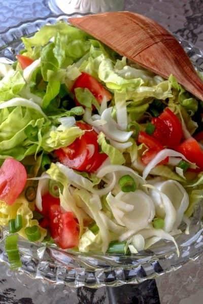 Andive cu Salata Verde si Rosii este o salata de vara usoara, care se poate servi langa un burger, peste la gratar sau orice alta carne preferata.