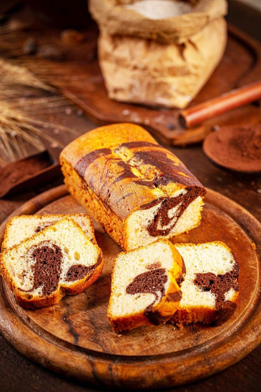 Chec cu cacao marmorat taiat felii pe tocator de lemn0