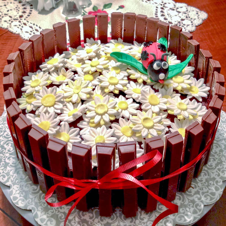 Tort cu Ganache Sarat de Ciocolata si Portocala Confiata este un tort relativ usor de facut care se poate imbraca in diferite feluri pentru diferite ocazii. Este un tort cu blat alb, umed cu straturi de ganache de ciocolata, sare si coaja de portocala confiata. Delicios si versatil pentru orice ocazie.