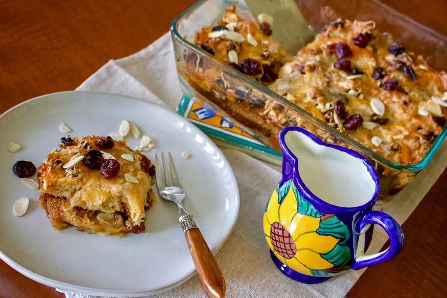 Capirotada- Budinca de Paine-Reteta Autentica Mexicana este o reteta traditional mexicana care se serveste de obicei in Postul Pastelui, dar care se poate face tot timpul anului, de sarbatori, duminica in familie sau de cate ori vrem sa reciclam paine. Este o reteta usor de facut, delicioasa si care place tuturor.