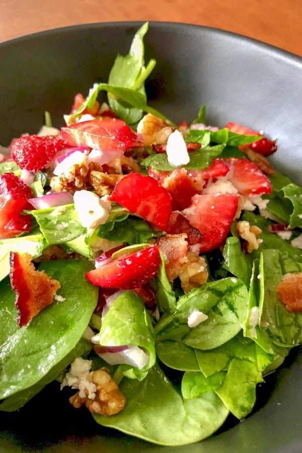 Salata de Spanac cu Capsuni si Nuci- o salata superba, foarte iubita de americani, salata de spanac cu capsuni si nuci. Se poate servi ca aperitiv, sau ca garnitura la o friptura buna. Este simpla, dar extrem de gustoasa.