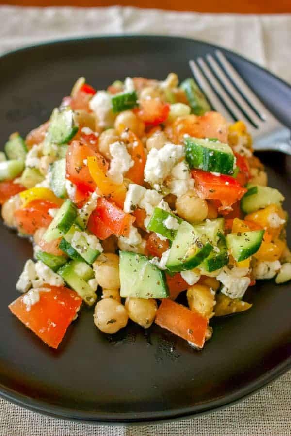 Salata de naut cu rosii si branza este o salata de vara usoara care se poate servi ca aperitiv sau ca fel principal. La mine in camara gasesti intotdeauna o conserva din boabe de naut cu care fac diverse preparate, cum ar fi hummus, supe, salate, sau mancaruri principale.