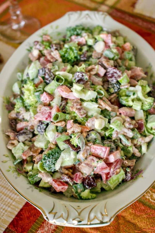 Salata de broccoli cu bacon este o salata festiva care se poate face tot timpul anului, dar este foarte buna mai ales in perioada sarbatorilor de iarna. Este plina de vitamine, delicioasa, dar nu are calorii putine. Reteta este usor de facut si precis o sa va placa combinatia.