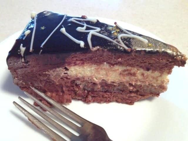 Tort Cu Mousse De Ciocolata Si Crema De Vanilie-o reteta fina de tort care se poate face pentru orice eveniment in familie.