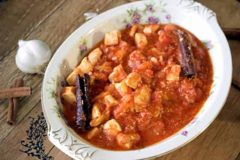 Reteta aceasta de mancare de pui cu rosii si scortisoara este o reteta greceasca care se mai numeste si Kota Kapama.Ingredientul ascuns, scortisoara, face ca mancarea aceasta sa aiba gust de petrecere.
