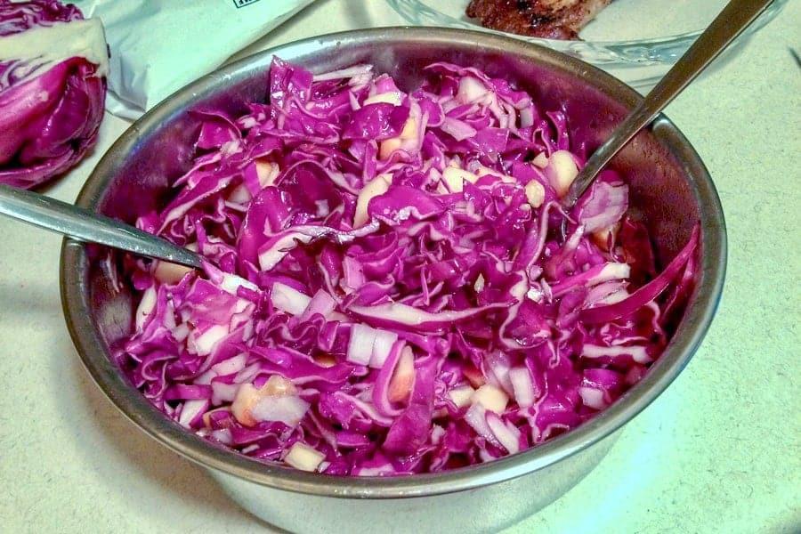 Salata De Varza Rosie Cu Mere Nuci Si Stafide este o reteta usoara, care se poate face tot timpul anului. Este considerata o reteta de toamna-iarna, pentru beneficiile sale in aportul de vitamine si nutrienti. Reteta buna pentru post, sau alaturi de friptura preferata.