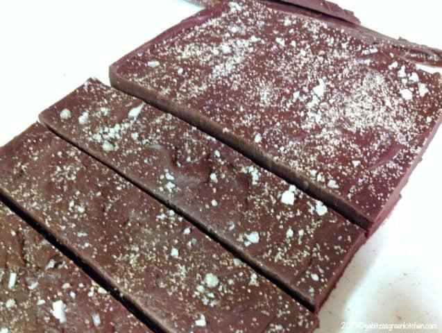 Un dulce festiv pentru sarbatorile de iarna, Fudge De Ciocolata Cu Sare De Mare este perfect pentru cadourile de Craciun si Anul Nou.