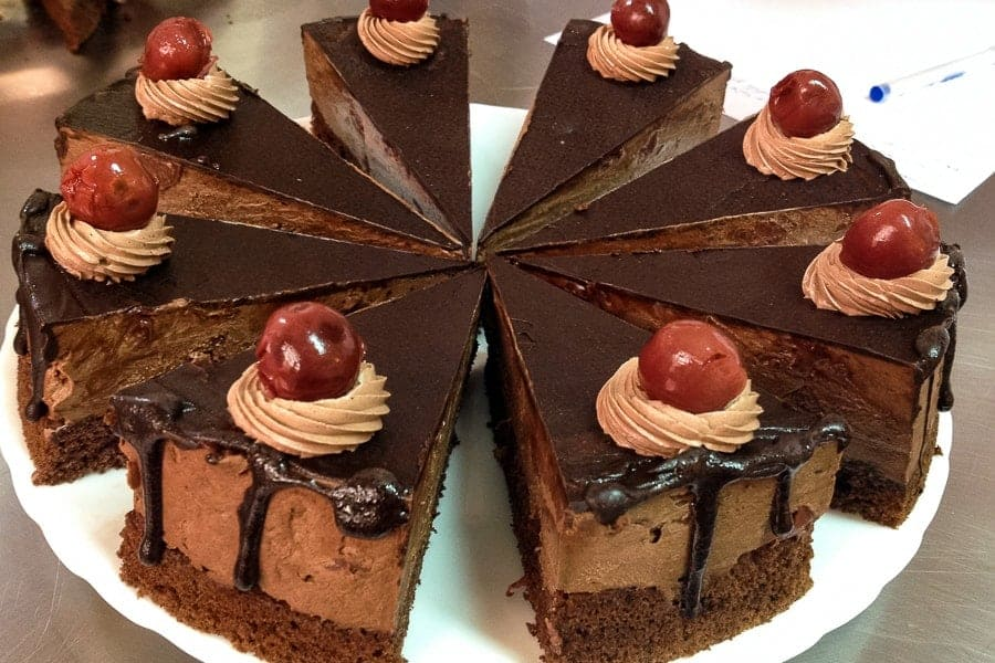 Un tort de ciocolata cu visine- delicios si usor de facut, perfect pentru orice sarbatoare. Se pot folosi visine proaspete, congelate, sau visinata.