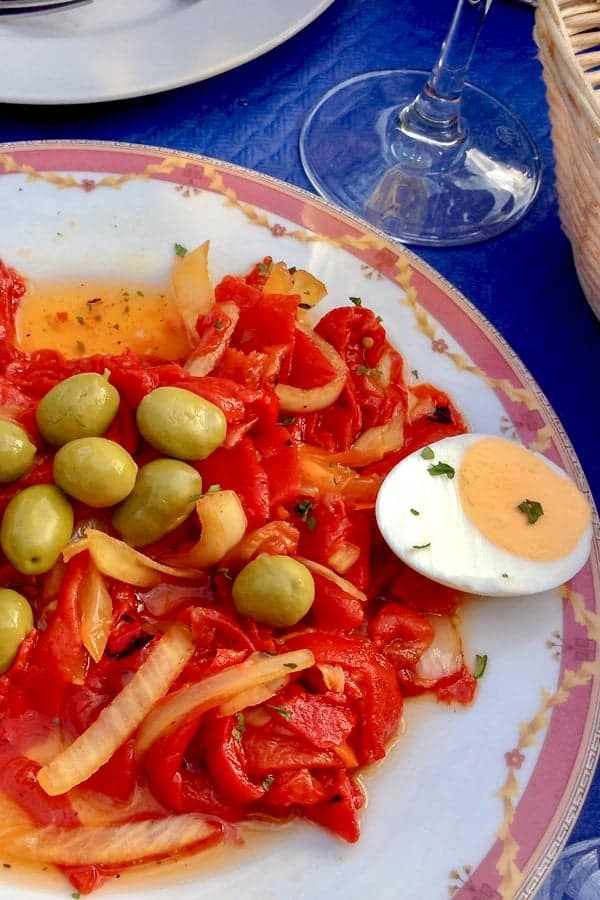 Salata de ardei copti cu masline- din bucataria spaniola este o salata usor de facut care se poate srvi alaturi de fripturi, sau chiar ca aperitiv. Ardeiul copt este vedeta principala, dar ceapa calita cu usturoiul, rosiile uscate si oregano ii dau gust si savoare.
