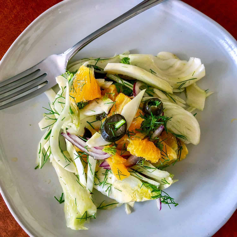 Salata de Portocale cu Fenicul- o reteta de salata mediteraneana delicioasa care combina portocale, ceapa rosie, fenicul si masline fara samburi.