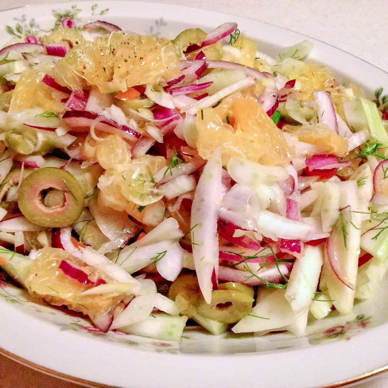 Salata de Portocale cu Fenicul- reteta spaniola este o salata delicioasa care se poate face tot timpul anului. Combinatia de portocale dulci, cu ceapa rosie si fenicul este o combinatie care chiar daca vi se va parea neobisnuita, este extrem de reusita.