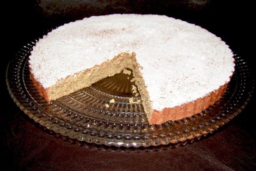 Tarta de Migdale Santiago este o reteta clasica, traditionala din Galicia, Spania. Se face simplu, cu faina de migdale, iar rezultatul este o prajitura delicioasa, aromata si perfecta pentru o duminica in familie, la o cafea. De asemenea tarta nu are gluten, perfecta pentru cei interesati.