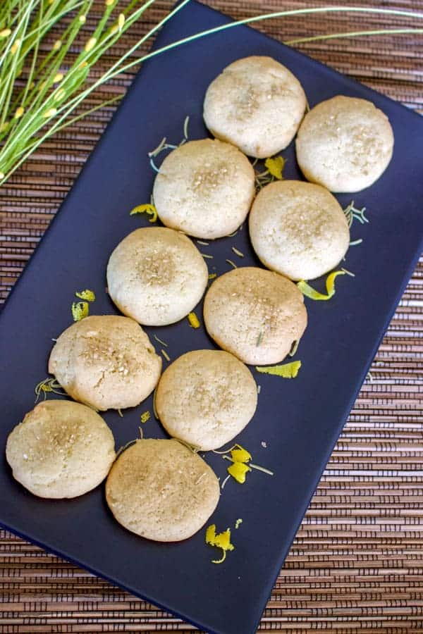 O reteta de fursecuri usor sofisticate datorita ingredientelor folosite. Lamaia si ierburile aromatice sunt imbinate perfect in aceaste fursecuri simple.
