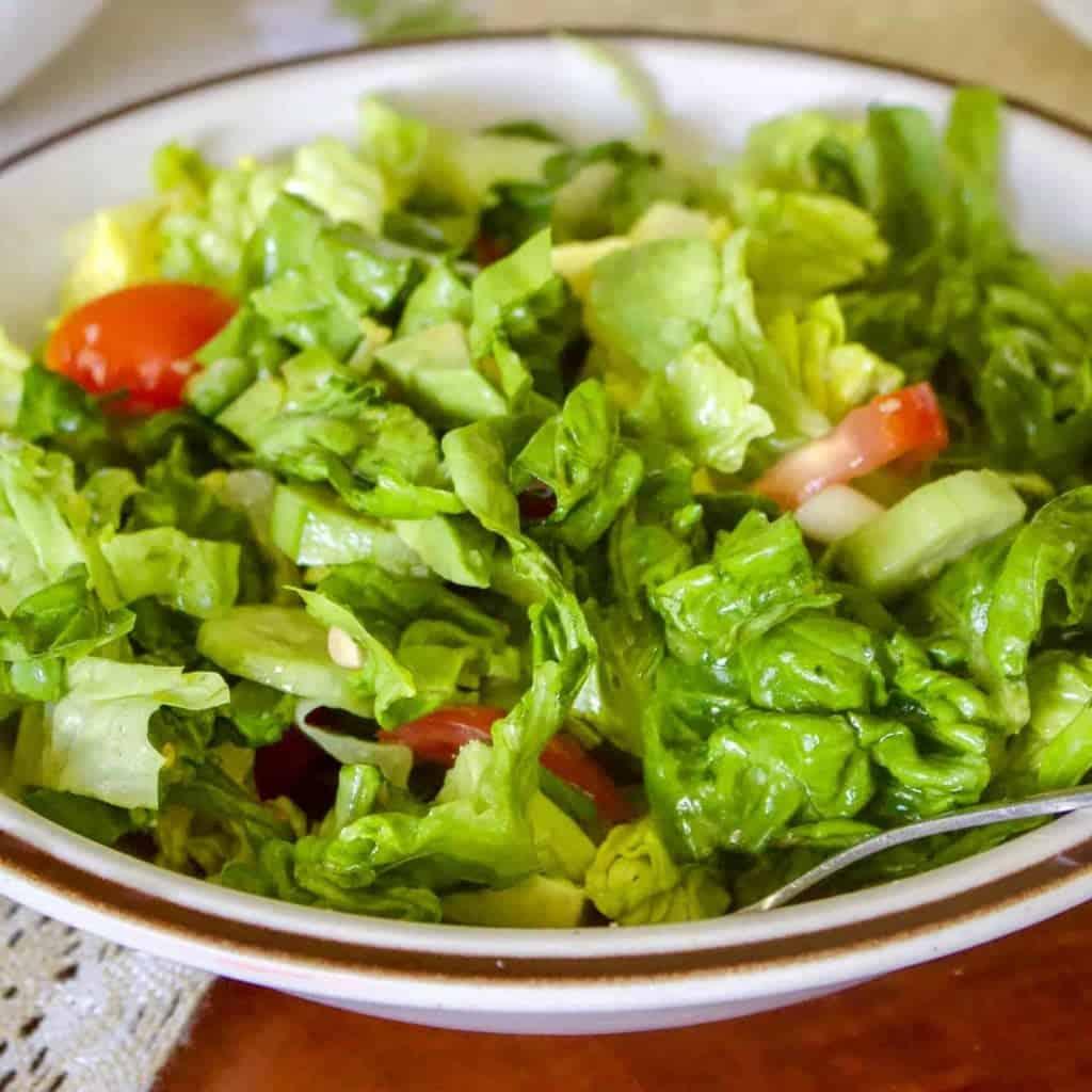 O salata verde simpla, de vara, asortata, usor de facut. Se pot adauga la ea masline negre, carne de pui si multe altele, dupa imaginatia fiecaruia.
