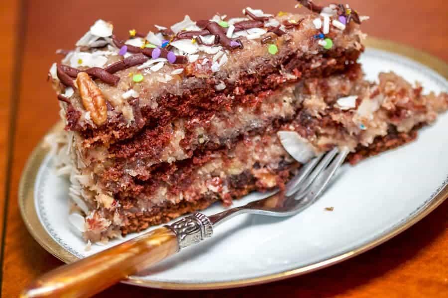 German Chocolate Cake- Un tort 100% american cu blat umed de ciocolata si umplutura de crema caramel cu cocos si nuci pecan.