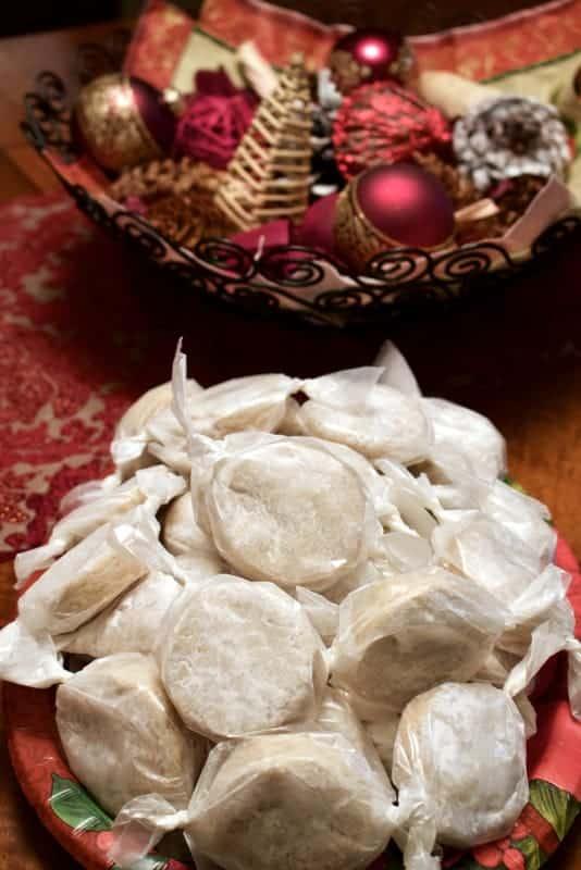 Polvorones sunt fursecuri traditional spaniole care se consuma pe intregul teritoriu al Spaniei de obicei numai in perioada sarbatorilor de iarna.