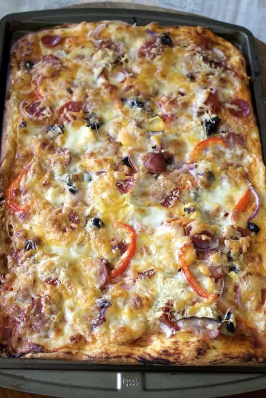 Aluat Simplu De Pizza - un aluat usor de facut, rapid si delicios. Folositi resturi de carnuri afumate, legume, sau orice doriti sa puneti pe deasupra.