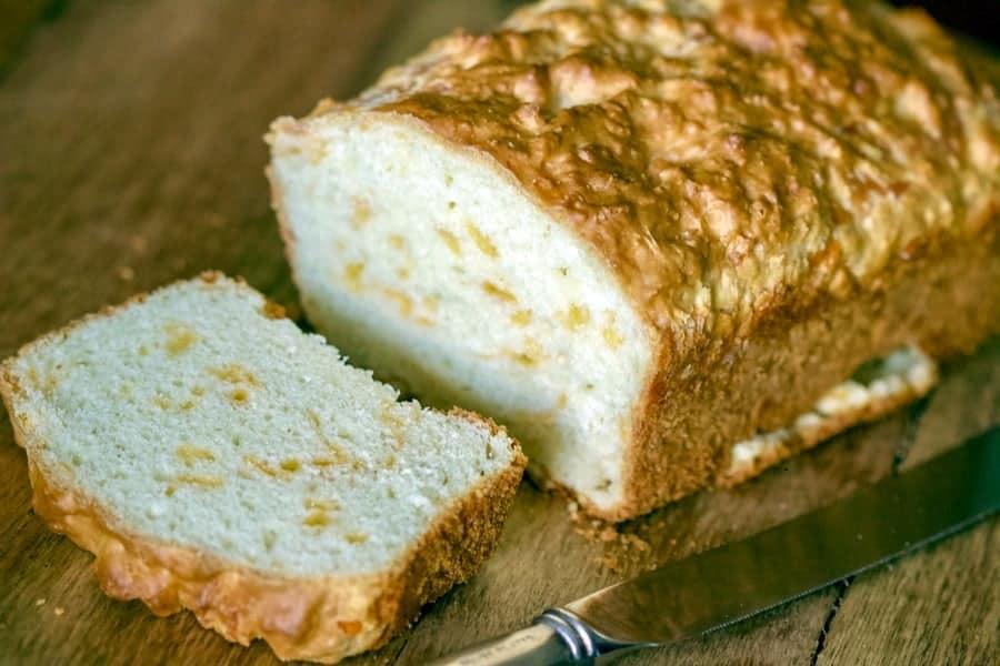 Chec Sarat Cu Cascaval - este o reteta tipic americana de paine crescuta cu praf de copt sau bicarbonat de sodiu. O varianta de paine rapida si delicioasa.