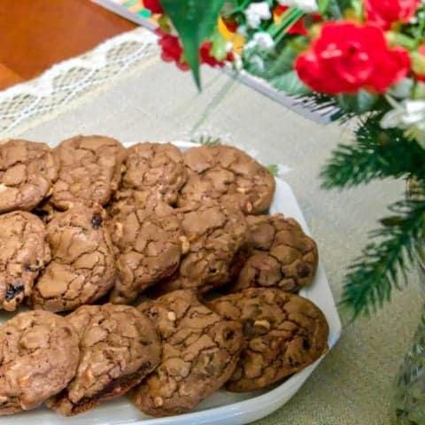 Fursecuri Americane De Ciocolata- Cele mai bune fursecuri pe care le-ati incercat vreodata. Ciocolata, nuci pecan si fructe uscate- perfecte pentru pachet la servici, la scoala, bune intr-o duminica cu familia, la o cafea. DELICIOASE!